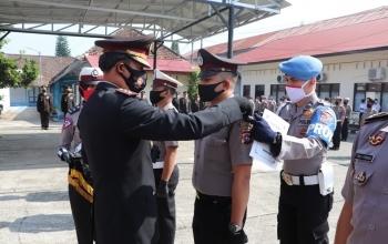HUT Bhayangkara Ke 74, Kapolres AKBP Dony Setiawan,S.IK,MH. Pimpin Kenaikan Pangkat Personel Polres Payakumbuh
