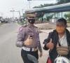 Kasat Lantas Polres 50 Kota IPTU Dian Jumes Putra, Berikan Masker Gratis Guna Cegah Penyebaran Covid-19