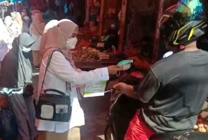 PIRA Sumbar Bagi-bagi Masker di Pasar Tradisional